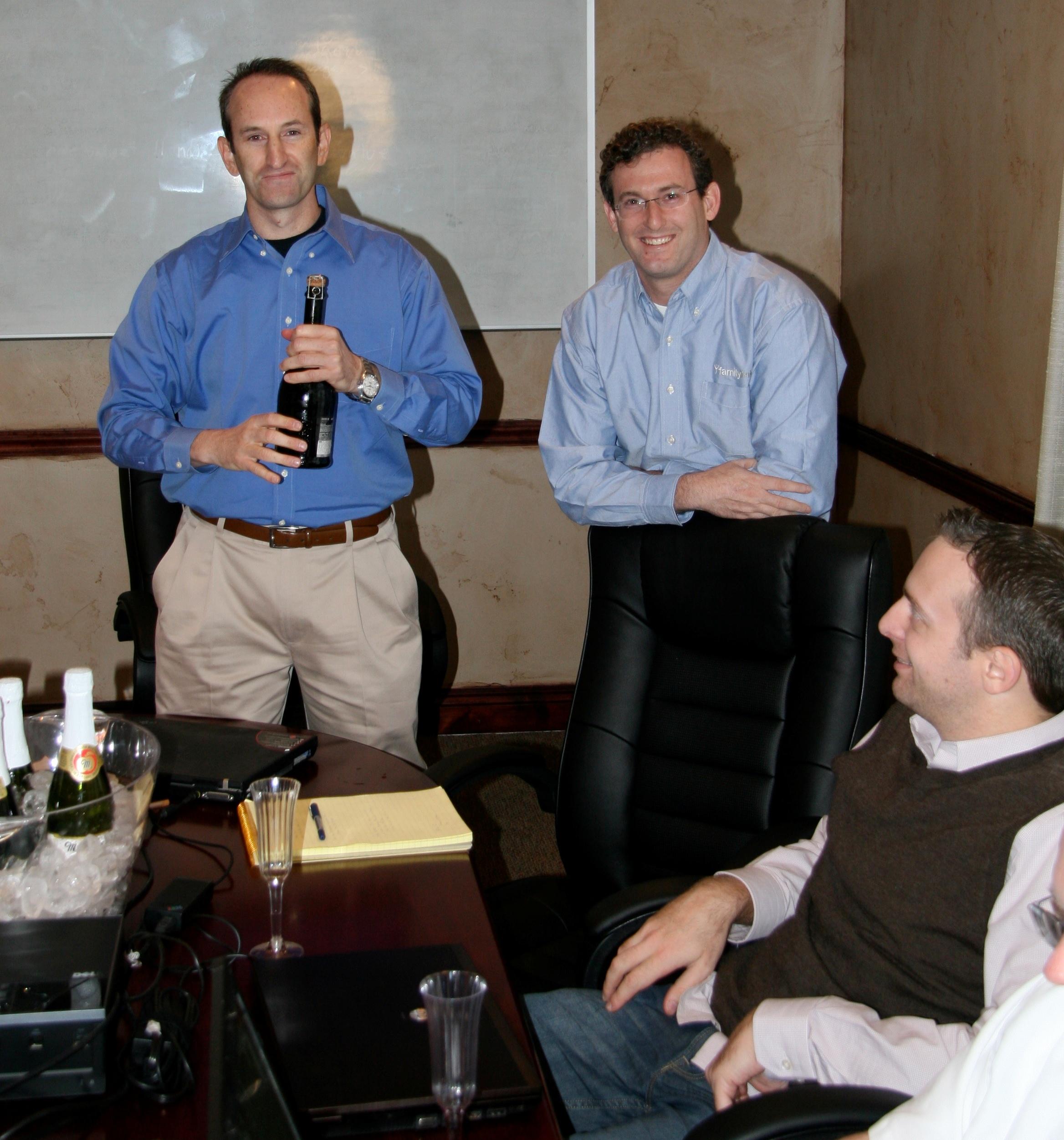 Gilad Japhet (fundador e CEO) e Yuval Ben-Galim (EVP de R & D e Operações) estalando o champanhe