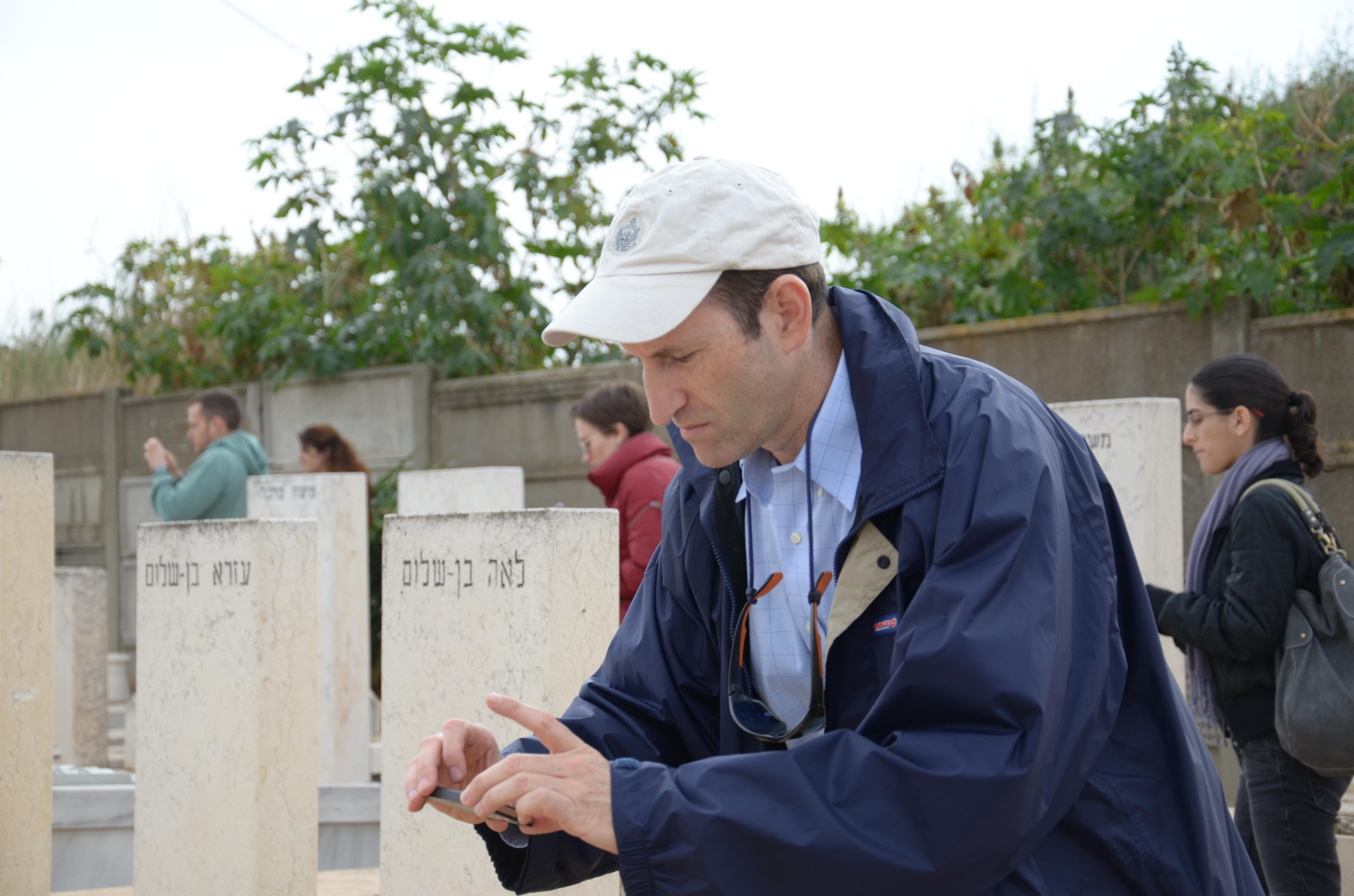 MyHeritages vd Gilad Japhet fotograferar gravstenar.