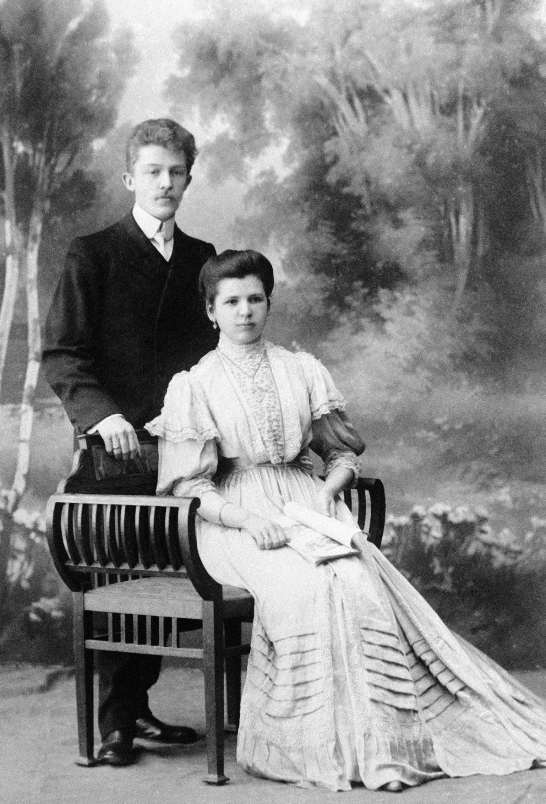 Et moderigtigt klædt ægtepar i begyndelsen af det 20. århundrede