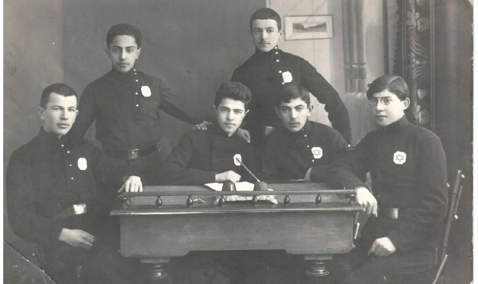 Rubin Tzitlionok with his Zionist group in Chernigov