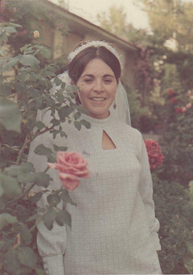 משמאל: תמונה בצבעים דהויים – כלה ביום חתונה, קיבוץ רמת השופט, יוני 1968. מימין: אותה התמונה לאחר תהליך שחזור הצבעים