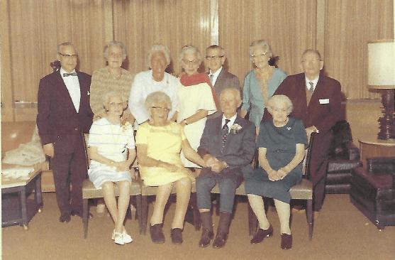 Jessie med sina släktingar, 1970, fjärde från vänster med den röda sjalen.