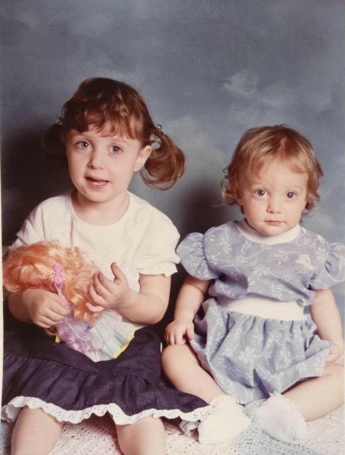 משמאל: זוג אחיות, ניו יורק, סביבות 1988. מימין: התוצאה לאחר שחזור הצבעים